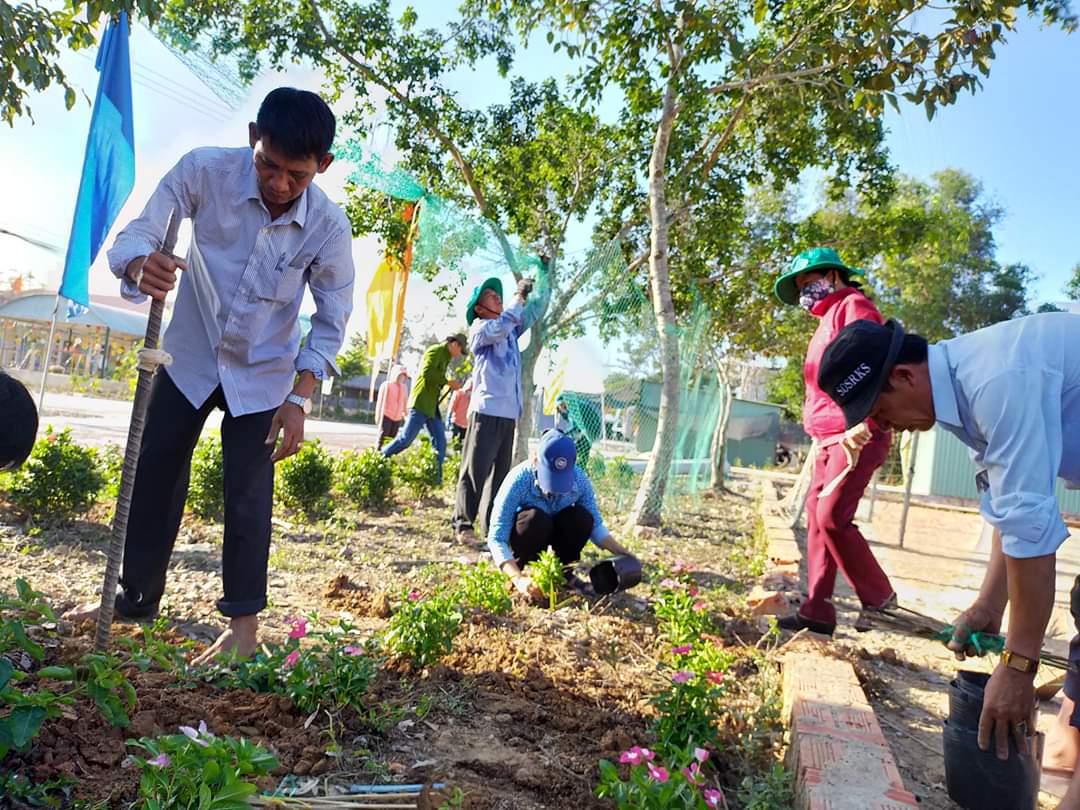 Lãnh đạo xã thường xuyên tham gia trồng cây, dọn vệ sinh cùng với nhân dân