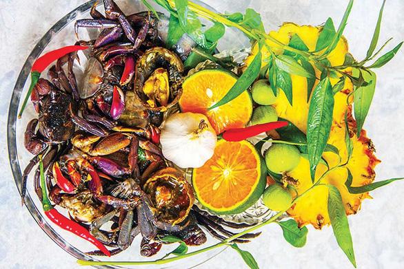 Những loại rau, gia vị để trộn ba khía muối - Ảnh: Châu Sang