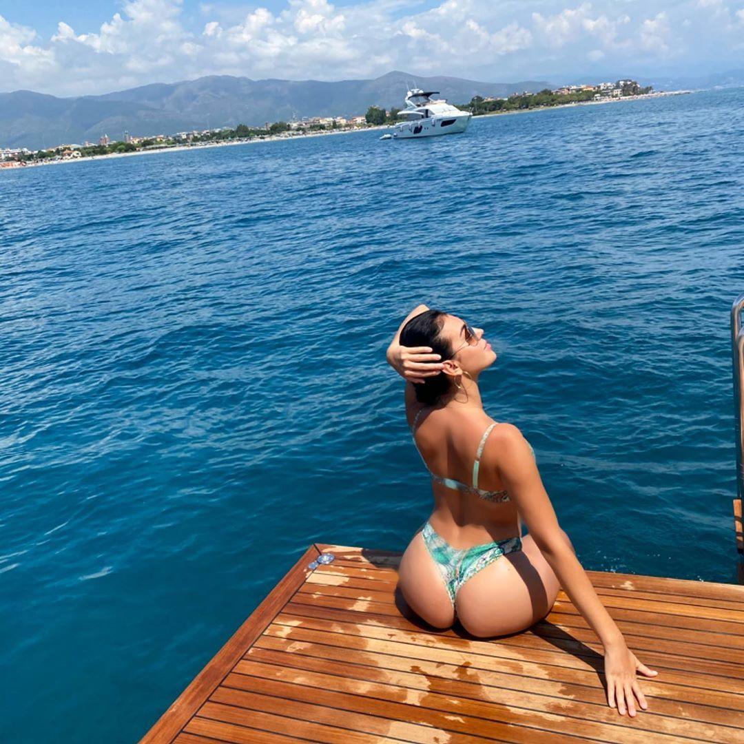 Rodriguez khoe đường cong gợi cảm trên du thuyền