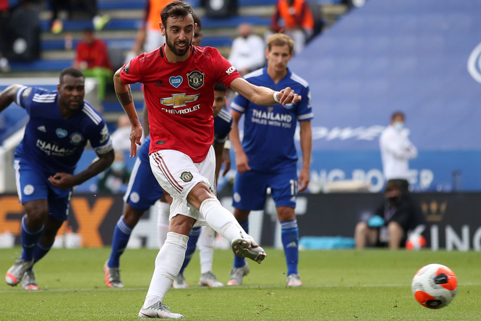 Bruno Fernandes vừa ghi bàn vào lưới Leicester từ chấm 11m