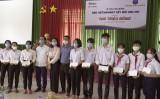 Báo VietNamNet trao 50 suất học bổng cho học sinh tại Long An