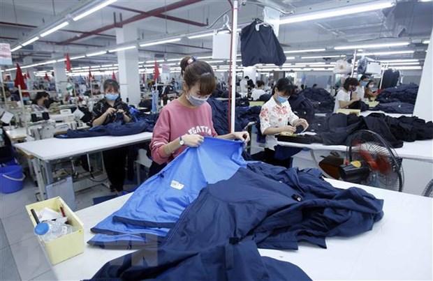 Sản xuất sản phẩm may mặc xuất khẩu tại Công ty cổ phần may và dịch vụ Hưng Long (huyện Mỹ Hào, Hưng Yên). (Ảnh: TTXVN)