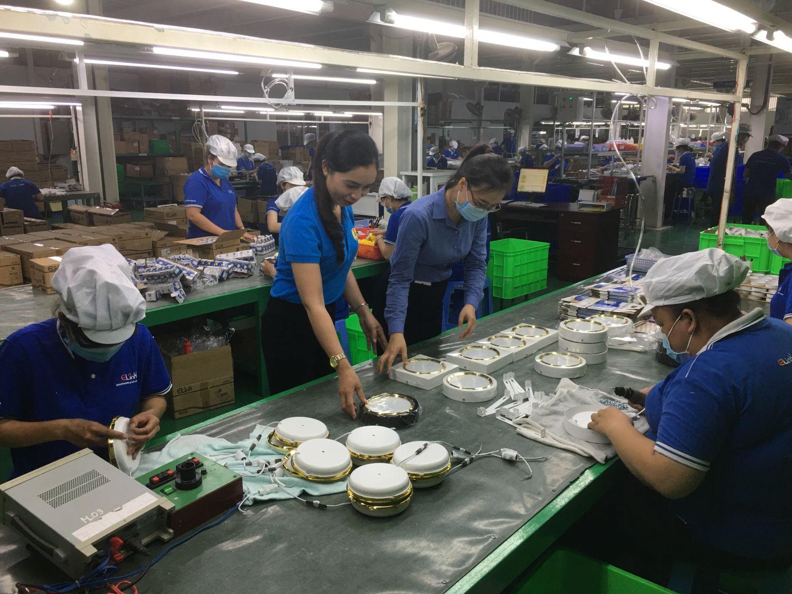 Đèn ốp trần nổi viền xi 18W do Công ty Cổ phần Sản xuất Thương mại Sáng Việt vừa thiết kế, sản xuất