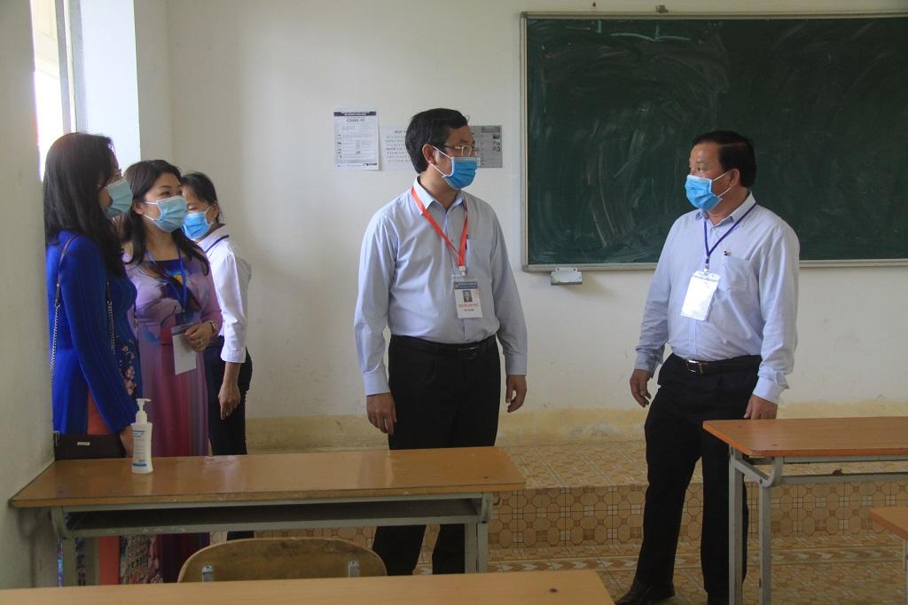 Deputy Minister Nguyen Van Phuc (2nd, R) checks the examination rooms at Thu Thua High School exam site