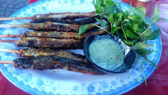 Cá kèo nướng, muối ớt và rau răm Ảnh: Văn Hoàng
