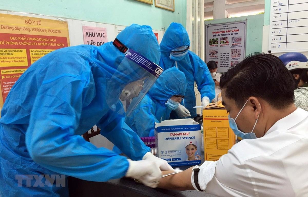 Lấy mẫu xét nghiệm nhanh SARS-CoV-2. (Ảnh: Đỗ Trưởng/TTXVN)