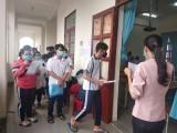 Thí sinh làm thủ tục dự thi tốt nghiệp THPT tại huyện Đức Hòa