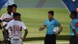 10 cầu thủ mắc Covid-19 trên sân khiến trận đấu ở Brazil bị hoãn khẩn cấp
