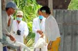 Chủ động tiêm phòng vắc-xin cho gia súc, gia cầm