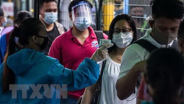 Kiểm tra thân nhiệt phòng lây nhiễm COVID-19 tại một nhà ga ở Manila, Philippines. (Ảnh: AFP/TTXVN)