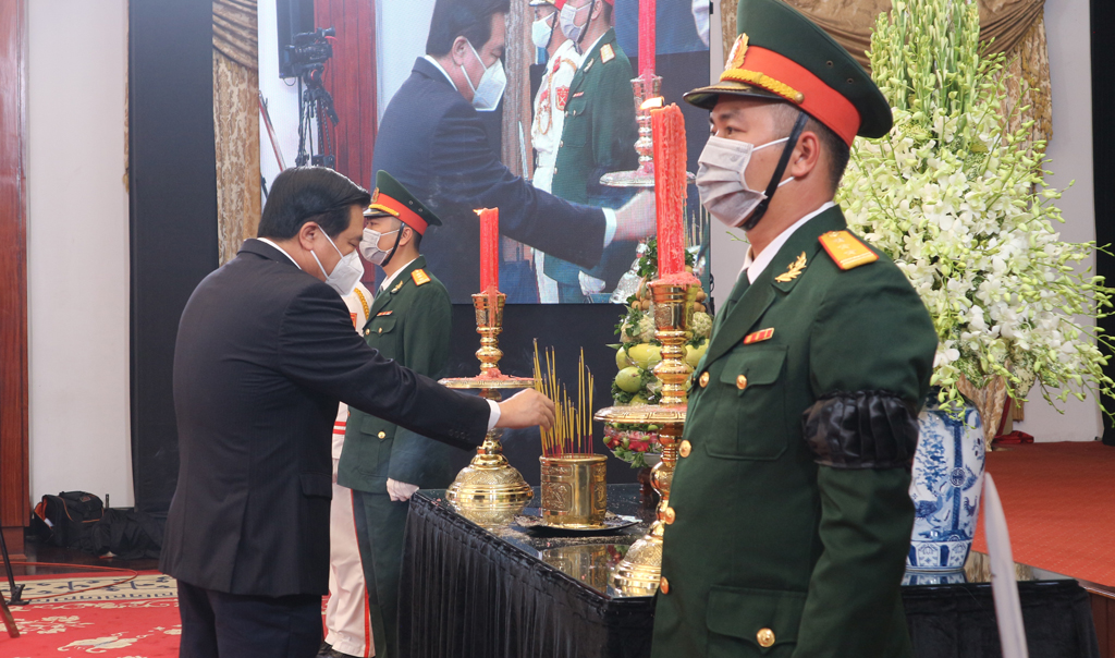 Secretary of the Provincial Party Committee, Chairman of the Provincial People's Council - Pham Van Ranh leads the delegation of Long An province to visit comrade Le Kha Phieu
