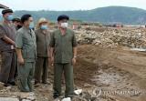 Tân Thủ tướng Triều Tiên Kim Tok-hun thị sát vùng thiên tai lũ lụt