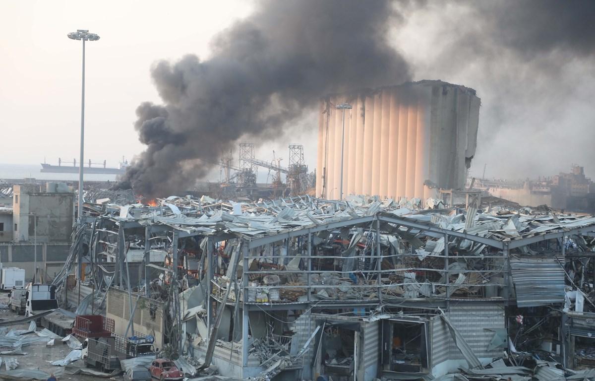 Khói bốc lên từ hiện trường vụ nổ tại cảng Beirut, Liban ngày 4/8/2020. (Ảnh: THX/TTXVN)