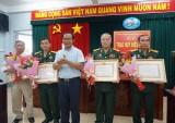 Đảng ủy khối Cơ quan và Doanh nghiệp tỉnh Long An trao Huy hiệu Đảng cho các đảng viên