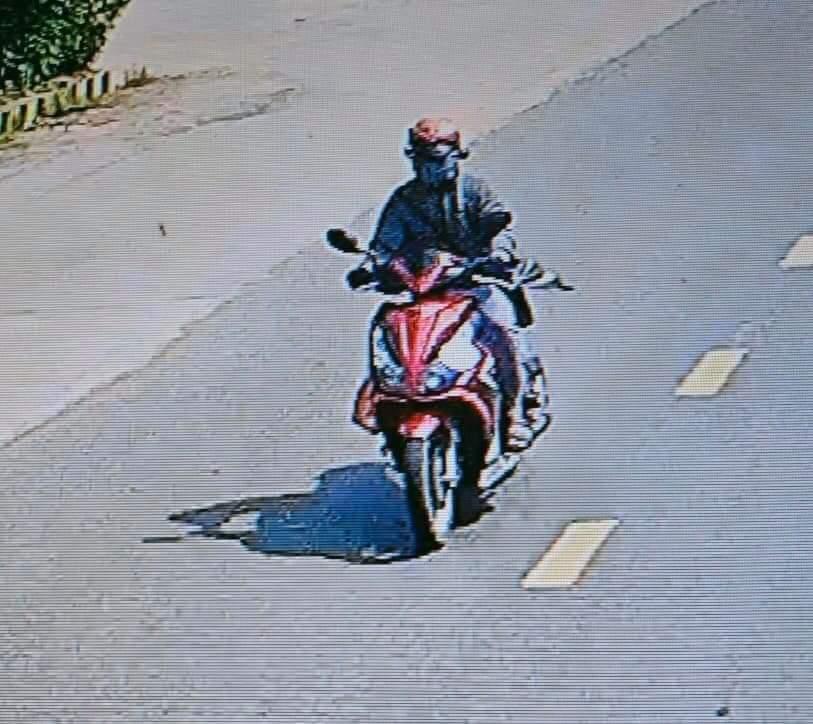 Một đối tượng cướp tiệm vàng trên dường tẩu thoát bị camera ghi hình