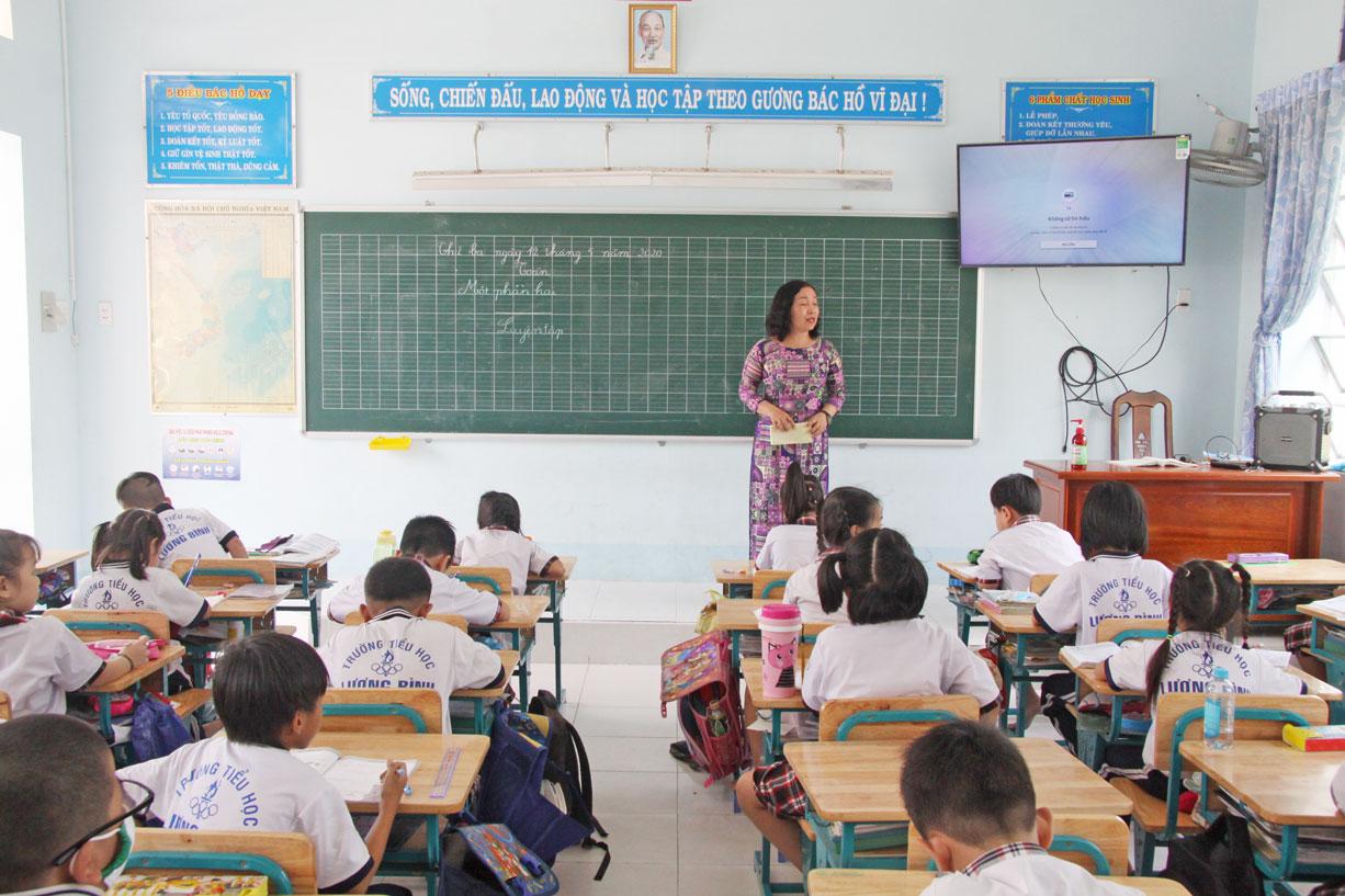 Trường Tiểu học Lương Bình được trang bị tivi thông minh ở mỗi phòng học, chuẩn bị cho việc áp dụng sách giáo khoa mới