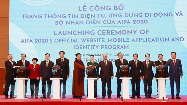 Chủ tịch Quốc hội Nguyễn Thị Kim Ngân và các đại biểu ấn nút công bố trang thông tin điện tử, ứng dụng di động và bộ nhận diện của AIPA 2020. (Ảnh: Trọng Đức/TTXVN)