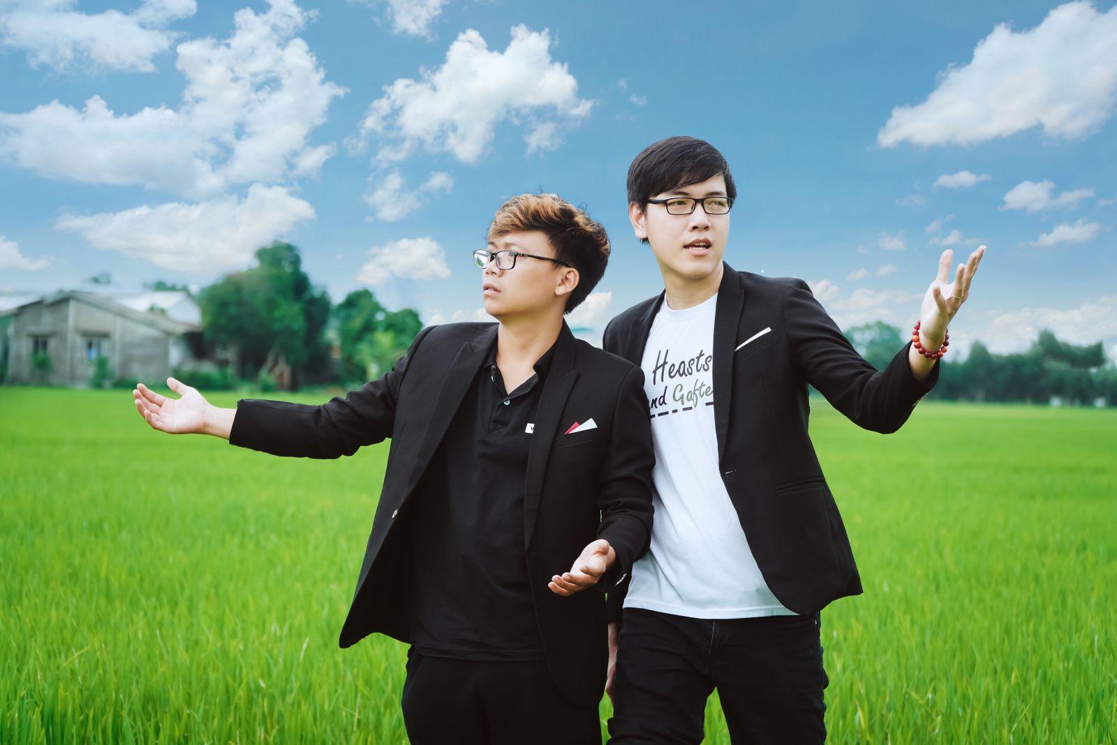 """Bạn Nguyễn Hoàng Tiến (bìa trái) trình bày ca khúc """"Đường về Mộc Hóa"""""""
