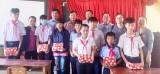 Báo Long An trao 3.000 quyển tập cho học sinh huyện Đức Hòa