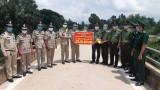 Công an Long An trao tiền hỗ trợ cho Công an Campuchia