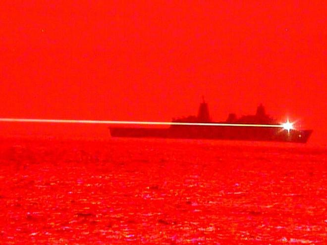 Tia laser cường độ cao phát ra từ tàu USS Portland vào tháng 5. Ảnh: Hải quân Mỹ