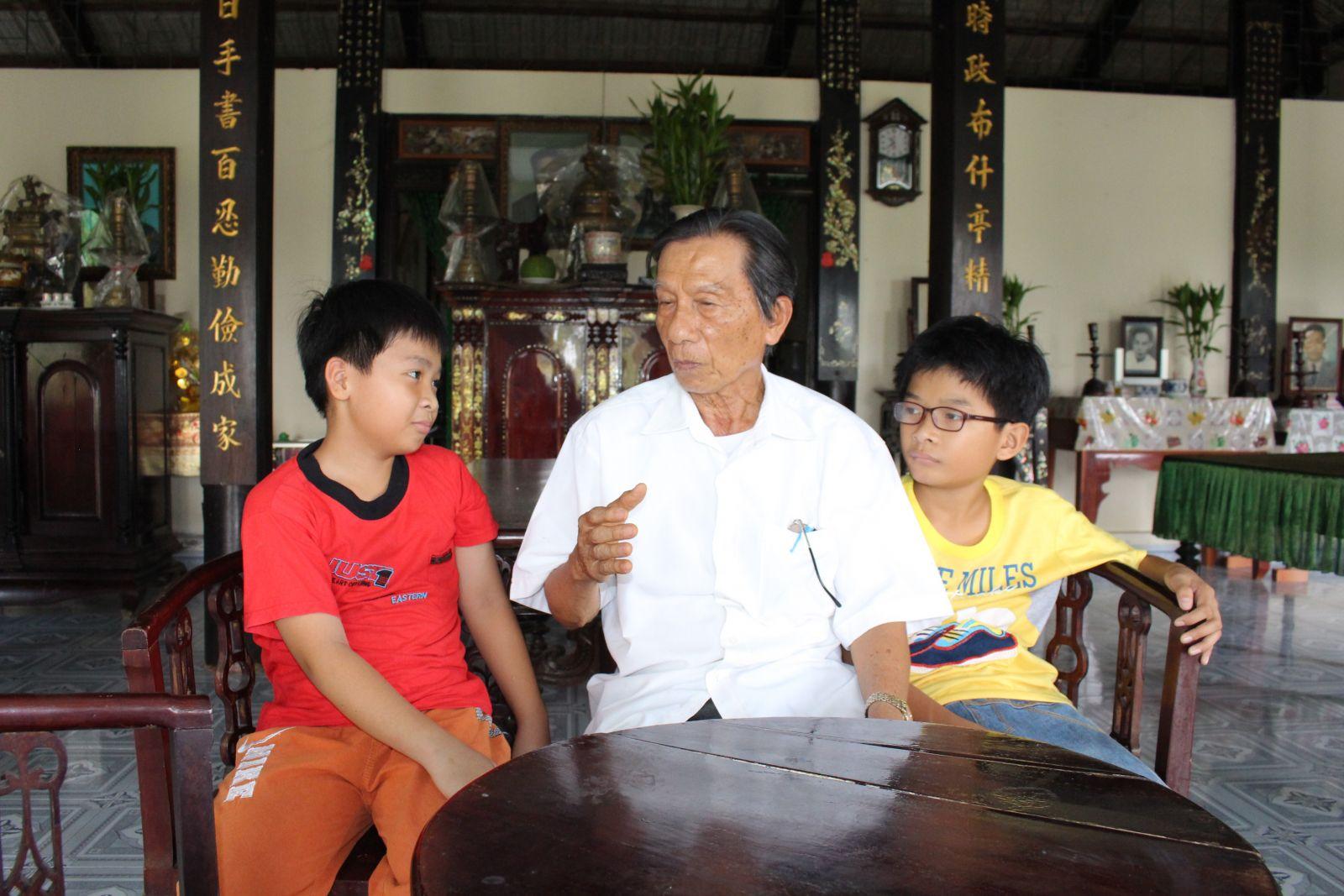 Ông Phan Kim Trụ khuyên bảo con cháu tích cực học tập để phát huy truyền thống hiếu học của dòng họ