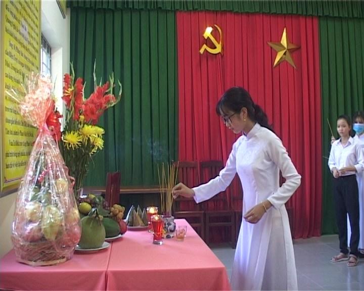 Học sinh Trường THPT Phan Văn Đạt thắp hương kỷ niệm 159 năm ngày mất của cử nhân, sĩ phu yêu nước Phan Văn Đạt