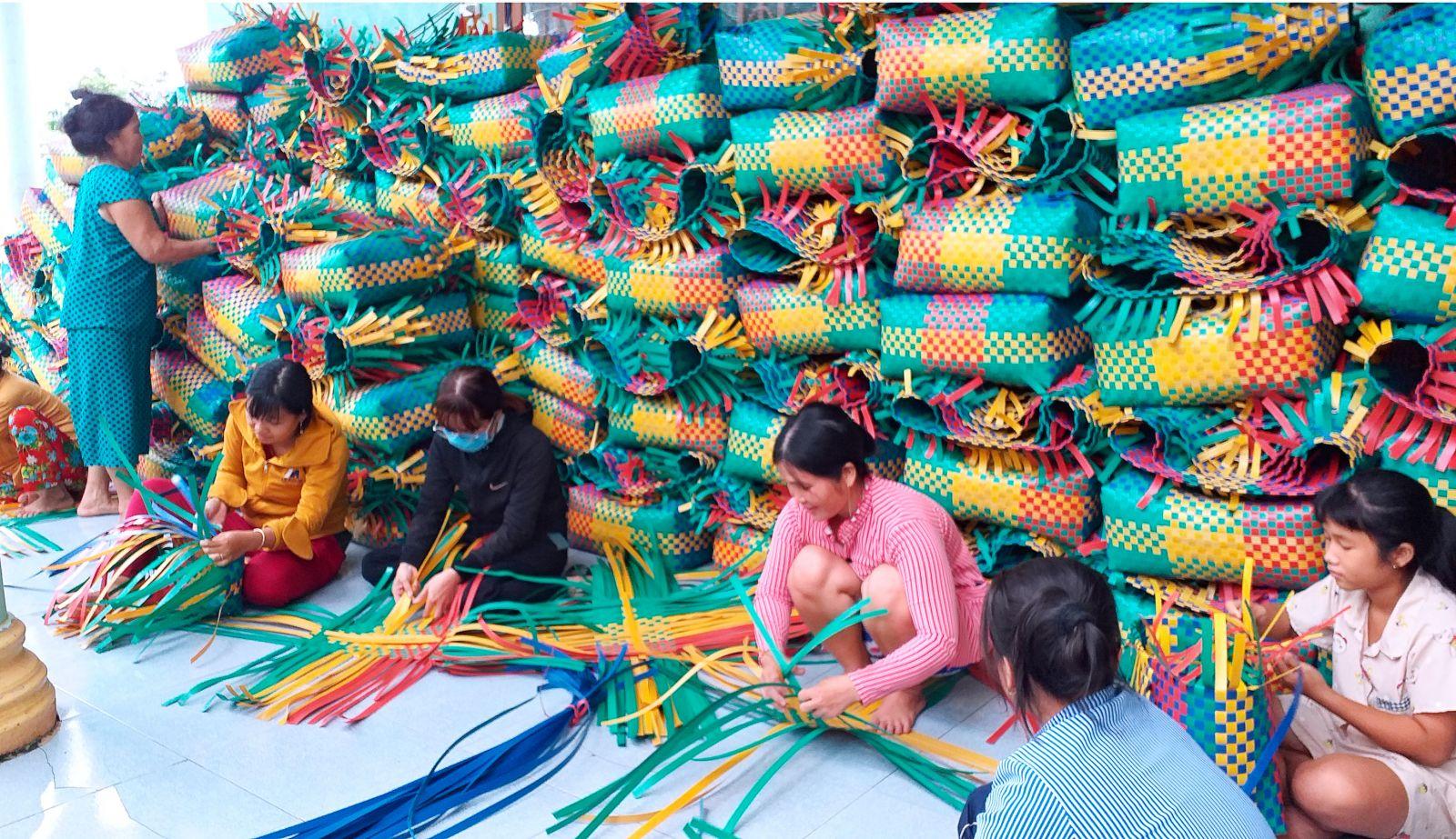 Tổ đan giỏ nhựa góp phần nâng cao thu nhập cho phụ nữ