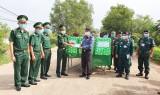 BĐBP Long An tặng trang thiết bị hỗ trợ phòng, chống dịch Covid-19 cho 2 tỉnh Svay Rieng và Prey Veng