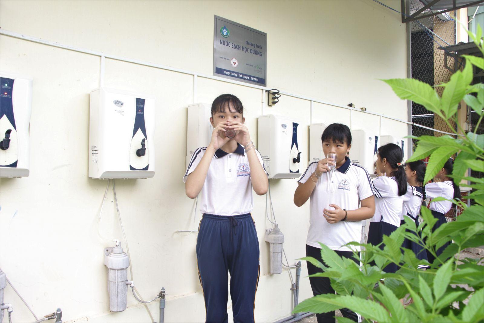 Hiệu quả của chương trình Nước sạch học đường rất dễ nhìn thấy. Học sinh các trường có điều kiện uống nước sạch bảo đảm chất lượng và nhà trường giảm bớt chi phí mua nước cho học sinh