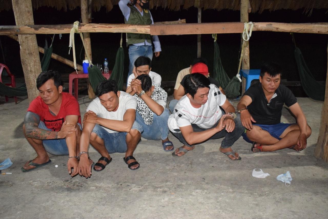 Các đối tượng bị lực lượng chức năng Công an thị trấn Cần Giuộc bắt quả tang khi tham gia sử dụng ma túy