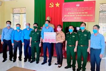 TP.HCM thăm, tặng quà lực lượng Biên phòng tỉnh Long An tham gia phòng, chống dịch Covid-19