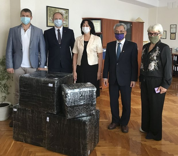 Representatives from the Vietnamese Embassy in Ukraine visit and present gifts to High School 251 named after President Ho Chi Minh in Kiev (Photo: https://baoquocte.vn/)