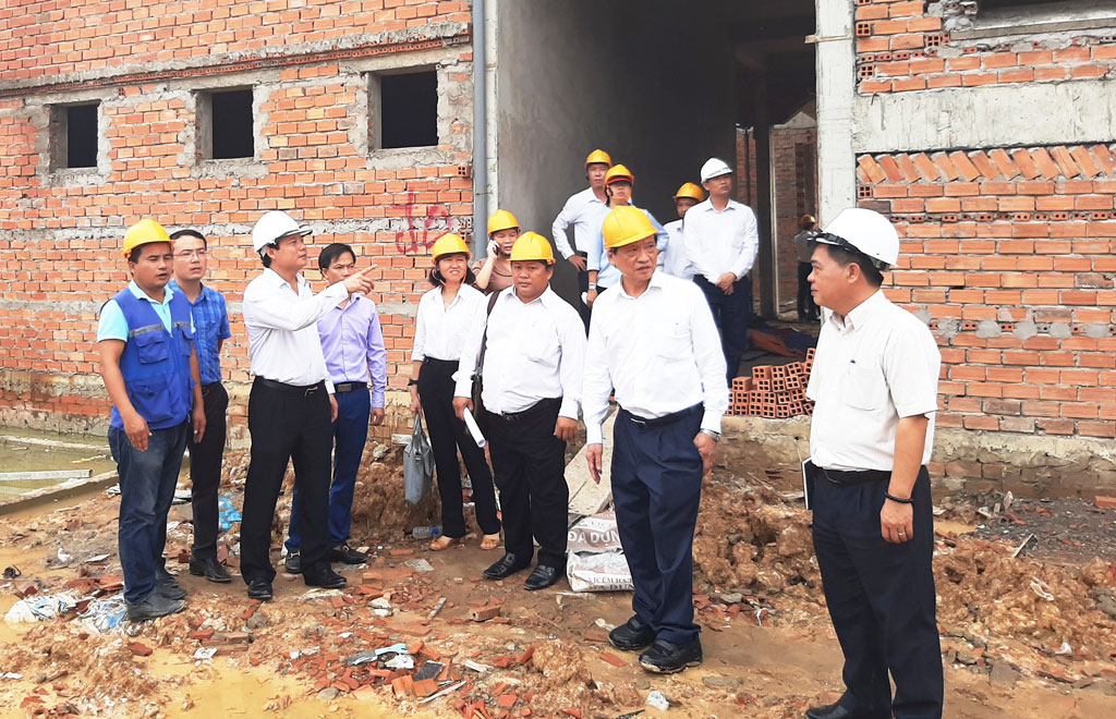 Vice Chairman of Long An People's Committee - Pham Tan Hoa suggests the construction unit to speed up the progress, but ensure the technique, work quality and labor safety