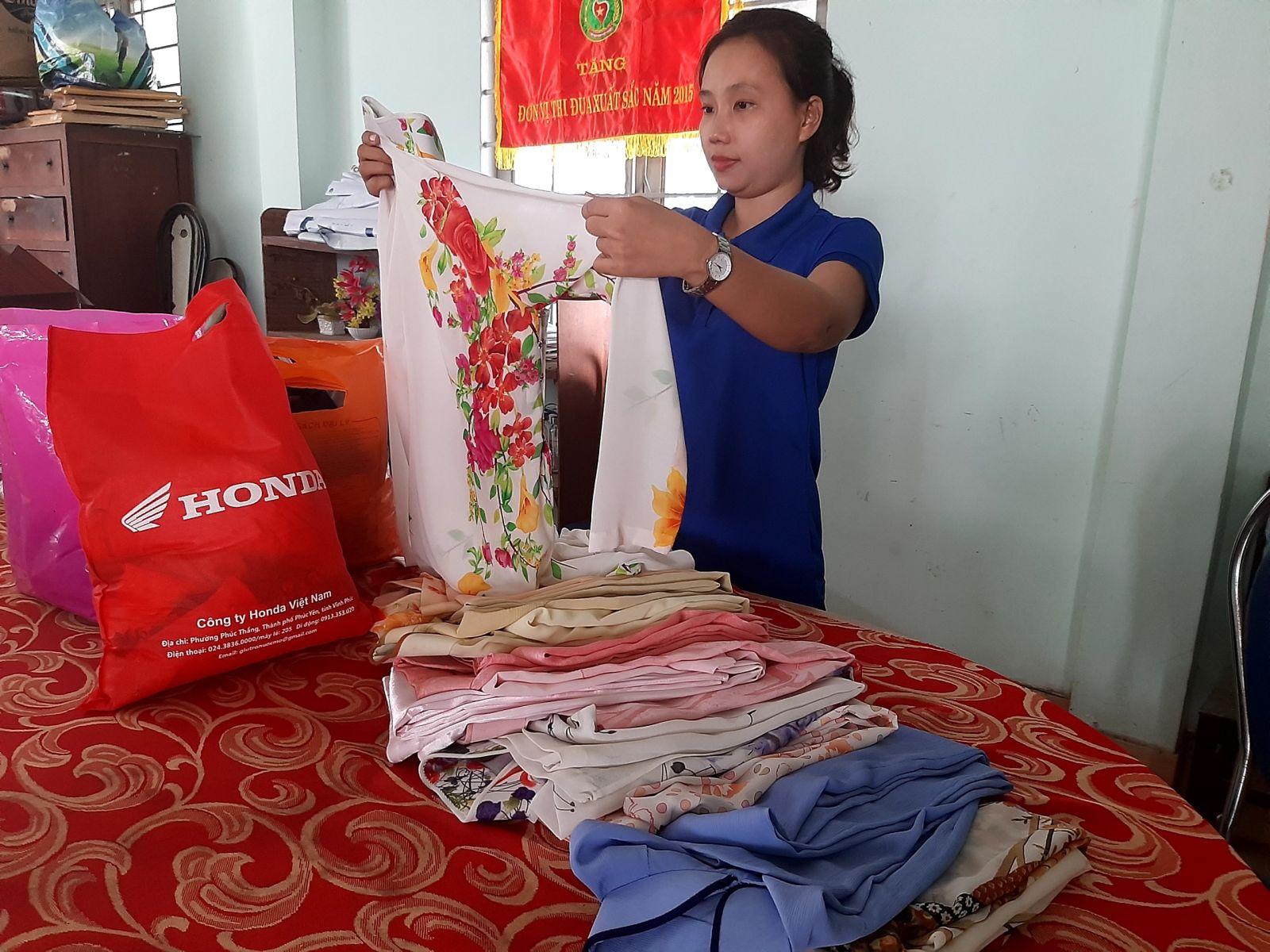 Chị Cao Lê Cẩm Bình đang soạn, gấp lại số áo dài vừa nhận, chuẩn bị chuyển đi đợt 2