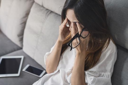 Ở cơ quan, công việc của tôi rất căng thẳng và áp lực, vậy mà đêm về vẫn không ngủ được vì... sợ chồng đòi hỏi (Ảnh minh hoạ)