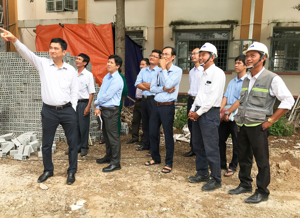 Vice Chairman of Long An People's Committee - Pham Van Canh (L) inspects the progress of school construction and equipment in Can Giuoc district