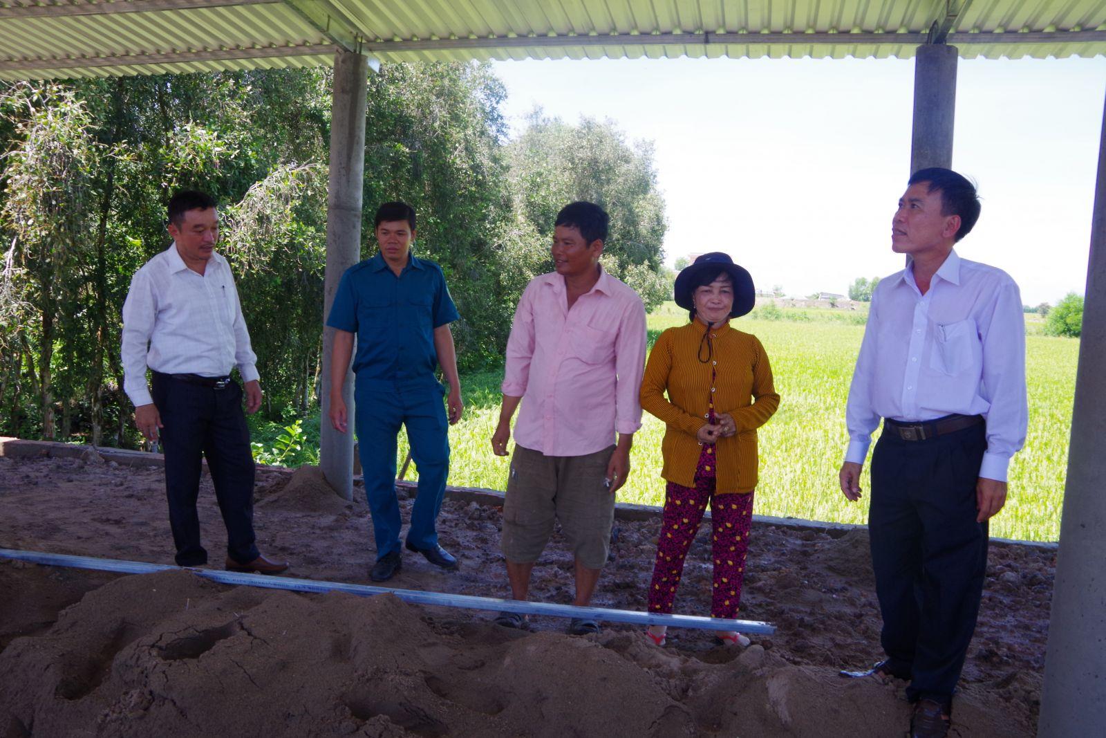 Chính quyền địa phương thăm hỏi cuộc sống hộ dân trên Điểm dân cư liền kề chốt dân quân Bình Thạnh