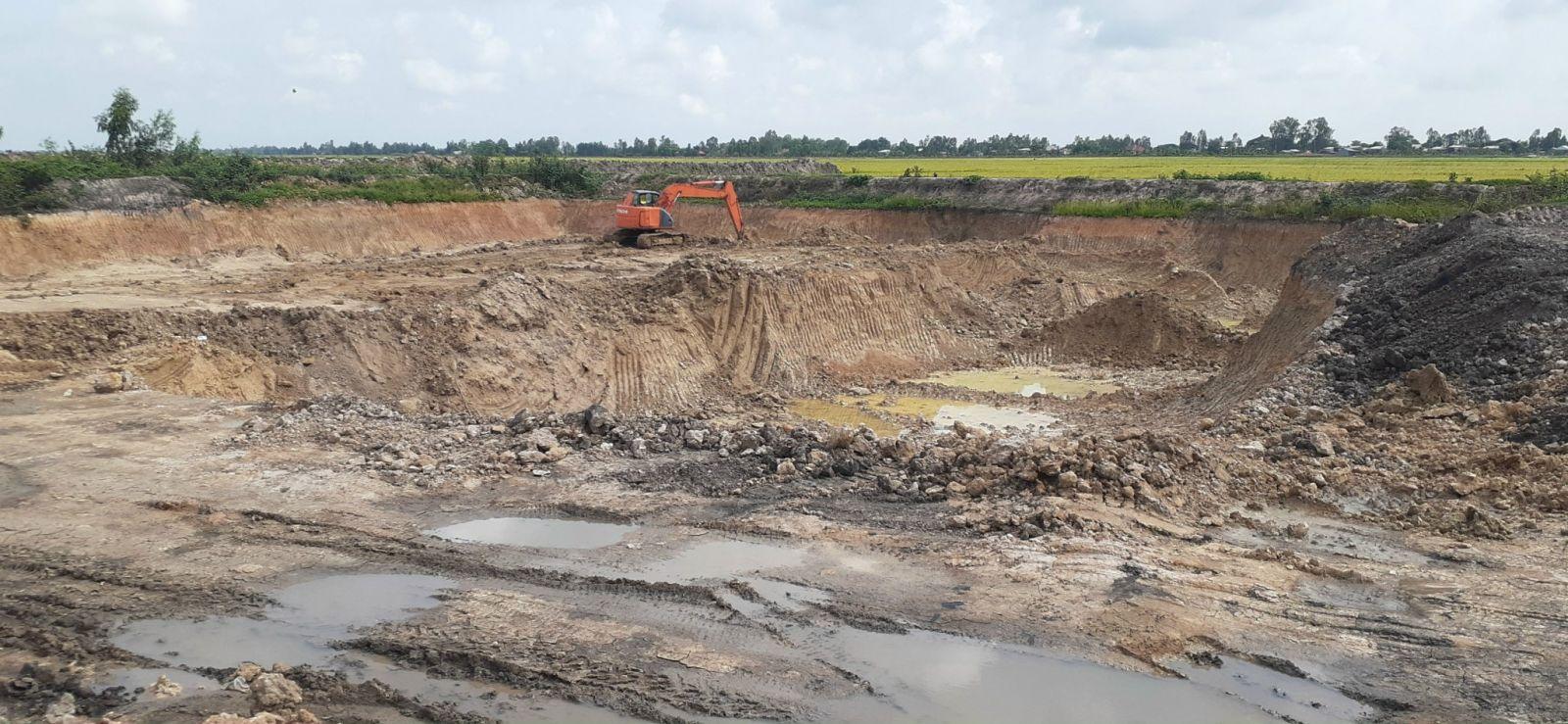 Những hầm đất khai thác trên đất lúa