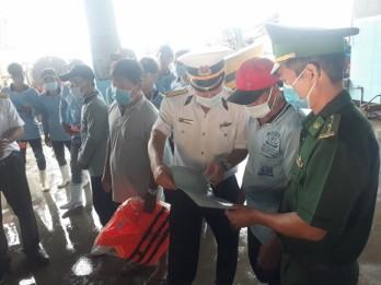 Vùng 2 Hải quân hỗ trợ ngư dân khai thác thủy sản đúng pháp luật