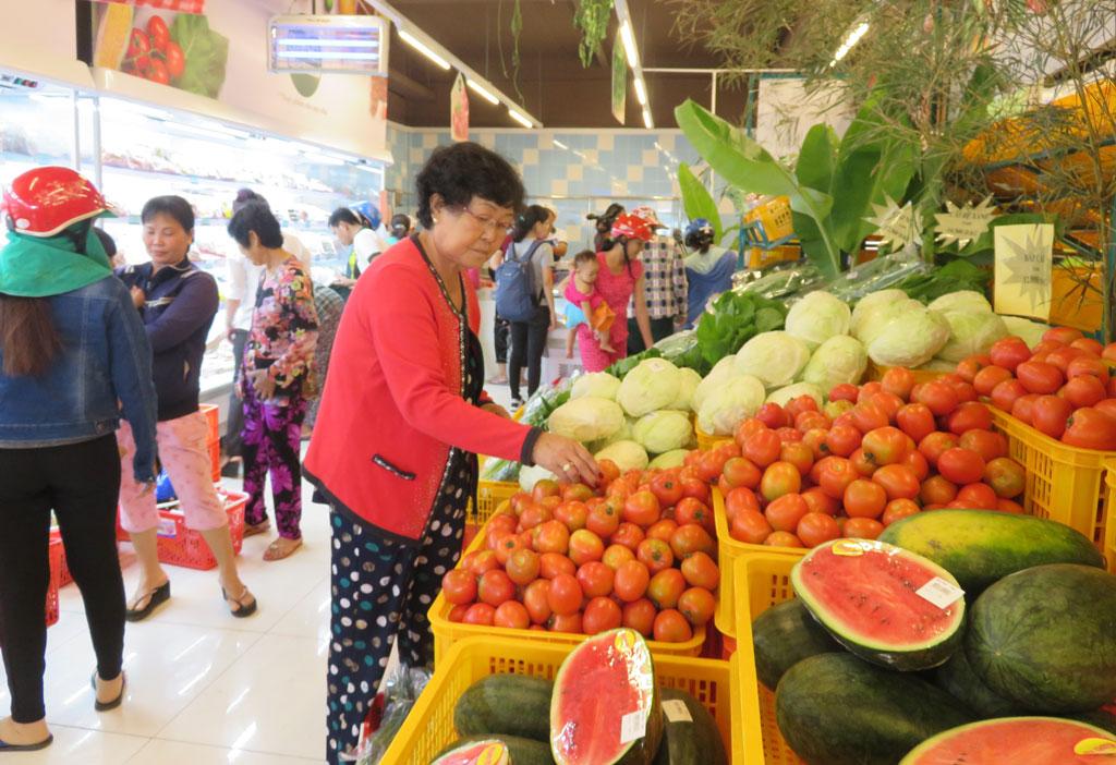 Kiểm nghiệm nhanh về ATTP tại một số điểm chợ, trung tâm trên địa bàn tỉnh (Ảnh: Mai Hương)