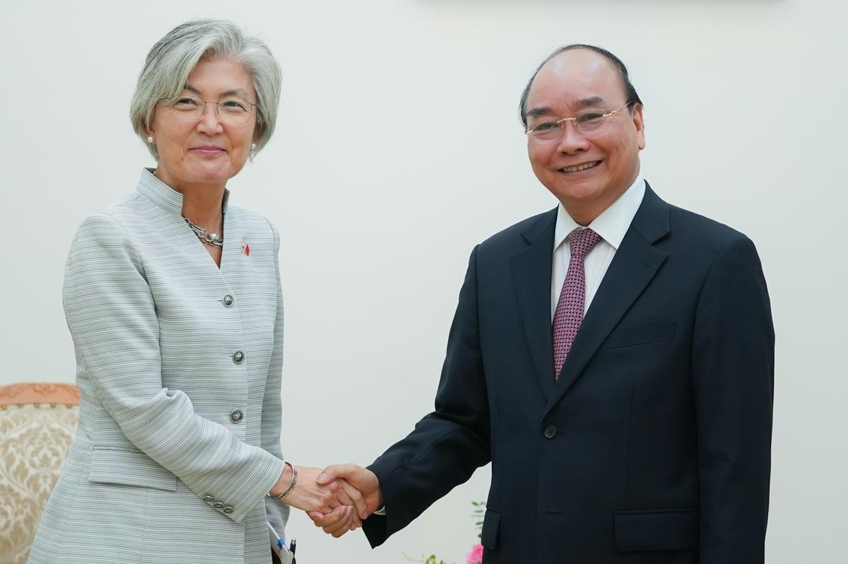Thủ tướng Nguyễn Xuân Phúc tiếp Bộ trưởng Ngoại giao Hàn Quốc Kang Kyung Wha. Ảnh: VGP/Quang Hiếu