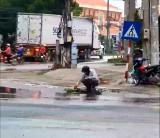TP.Tân An: Người đàn ông nhặt rác trước miệng cống để thoát nước mưa