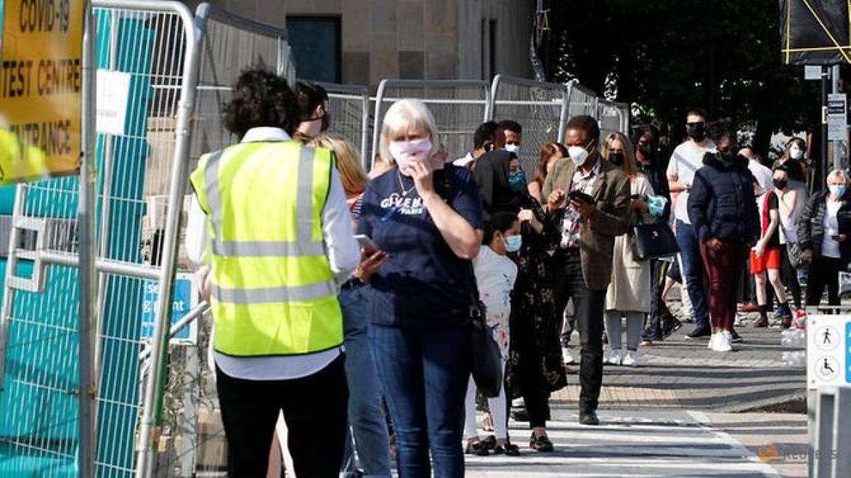 Người dân đứng xếp hàng chờ xét nghiệm Covid-19 ở Bolton, Anh ngày 17/9/2020. Ảnh: Reuters