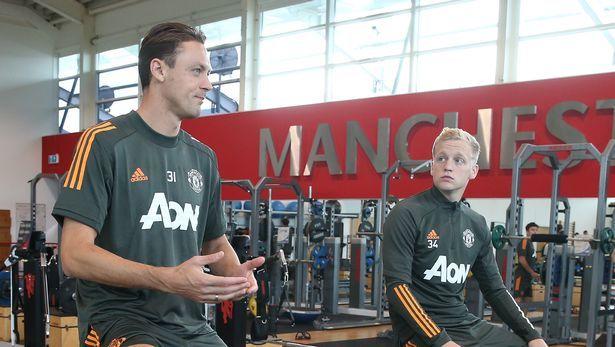 Van de Beek cùng đàn anh Matic trao đổi trong lúc tập luyện, chuẩn bị cho trận đấu