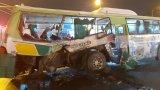 Xe tải đâm ngang xe buýt, 20 người phải vào viện