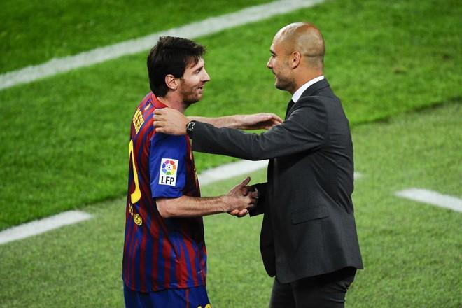 Messi (trái) được cho là rất muốn tái hợp người thầy cũ Guardiola ở Man City. AFP