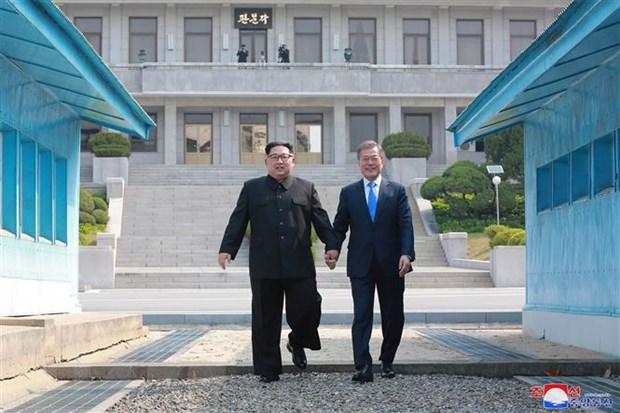 Tổng thống Hàn Quốc Moon Jae-in (phải) và nhà lãnh đạo Triều Tiên Kim Jong-un tại Hội nghị thượng đỉnh ở làng đình chiến Panmunjom ngày 29/4/2018. (Ảnh: AFP/TTXVN)
