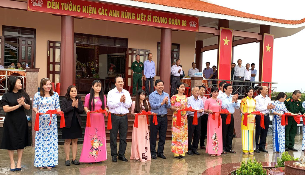 The ribbon is cut to inaugurate the memorial temple for martyrs of the 88th Regiment in Vinh Dai commune, Tan Hung district