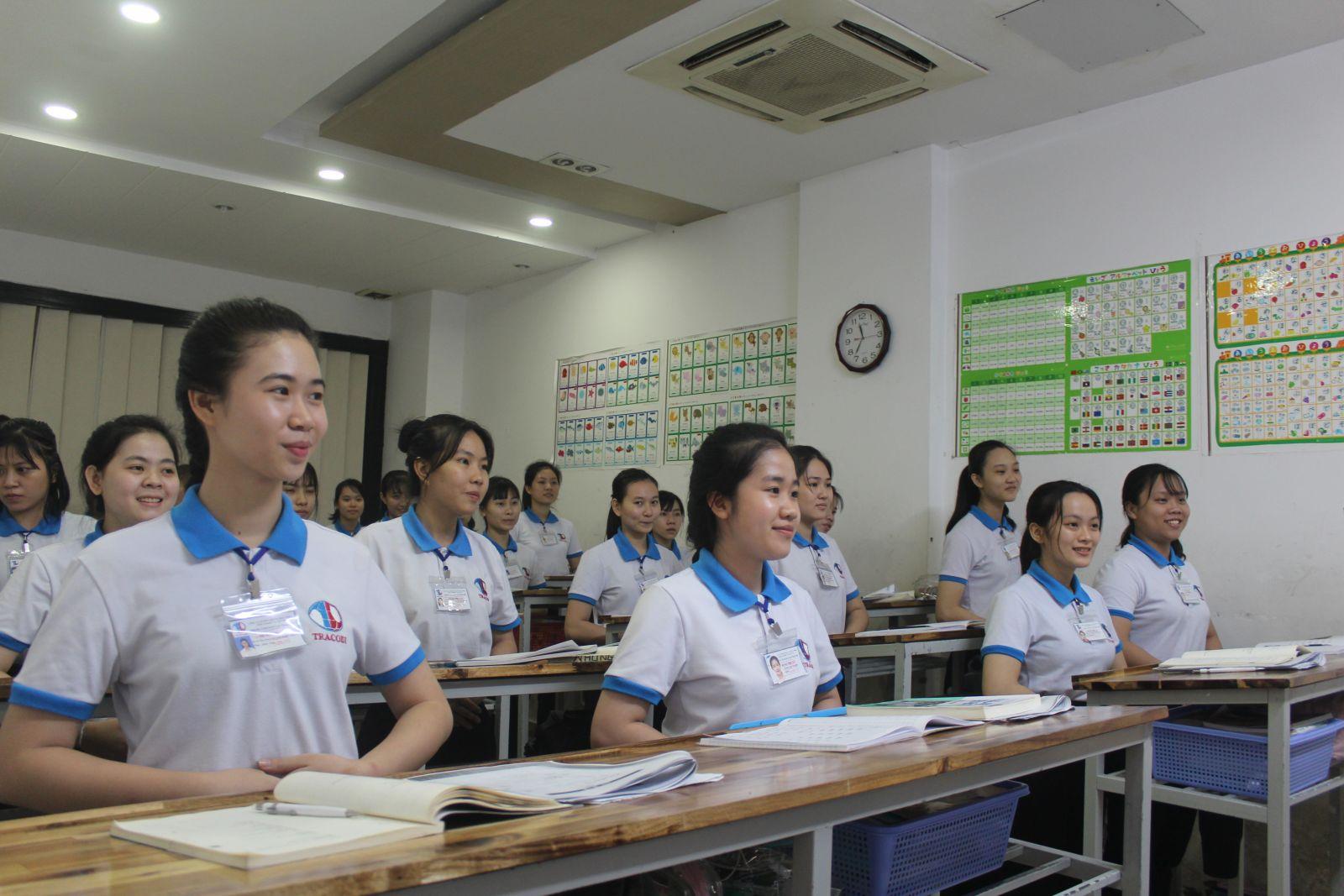 Để được đi làm việc ở nước ngoài, người lao độngphải mất ít nhất 10 tháng để học ngoại ngữ, văn hóa,... nước tiếp nhận